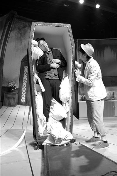 华少(左)这次在剧中展现了自己的肢体表达能力。