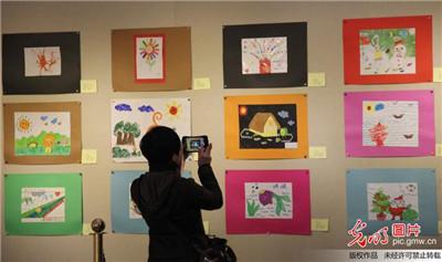 山东青岛举办自闭症儿童画展