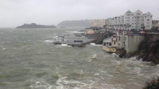 来自大西洋的风暴严重影响到西海岸地区