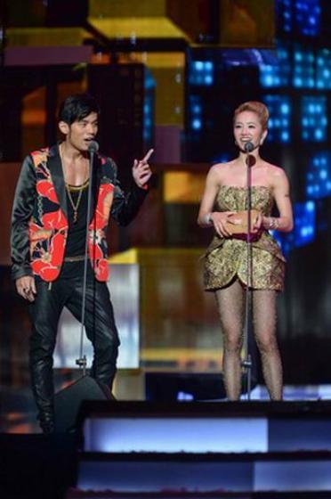 周杰伦(左)和蔡依林合体担任金曲奖颁奖嘉宾.(图片来源:台湾今