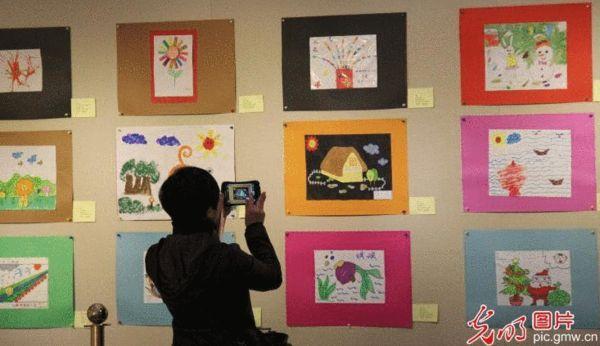 举办自闭症儿童画展 图