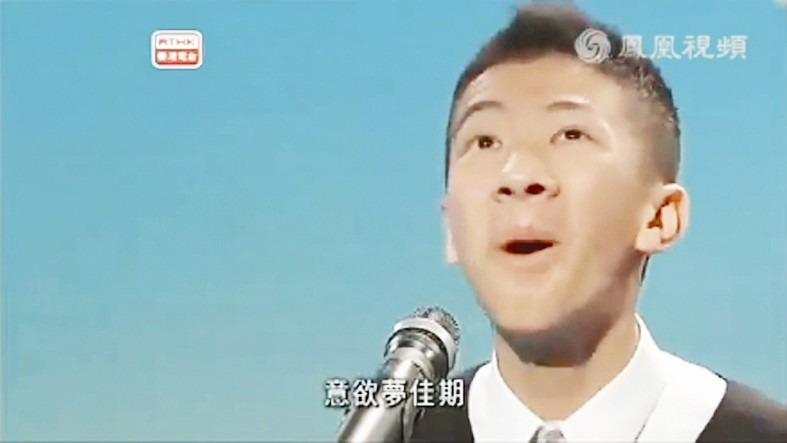 视频中,香港中学生梁逸峰用夸张的表情和肢体语言朗诵孟浩然的《宿图片