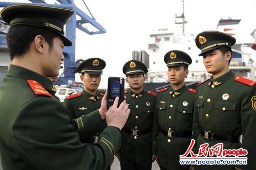 """图为该站复训队班长黄冠辉正在海力码头9泊位对复训新兵进行""""边检通""""培训"""