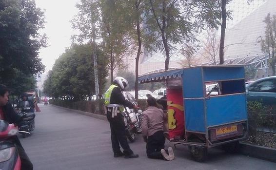 司机 交警 下跪/司机向交警下跪
