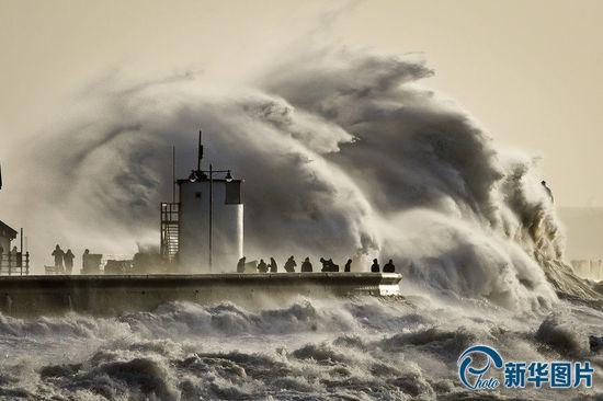 暴风雨持续袭击英国西海岸 大浪滔天宛如末世