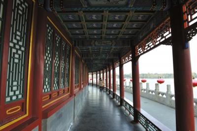 北海长廊为中国古典园林中颇具特色的文化景观之一,枋梁上有各种彩画