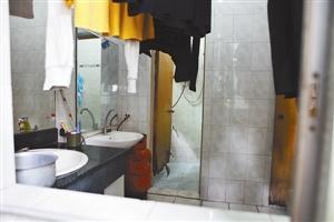 据女童家长说,女童就是被带入这个洗手间的。