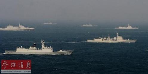 辽宁舰在南海首次以由约12艘军舰组成的航母战斗群形式展开训练(资料图片)