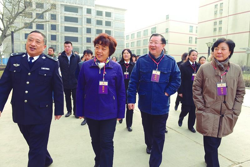 绯色时刻伦理_省妇联主席到女子监狱帮教送暖(图)