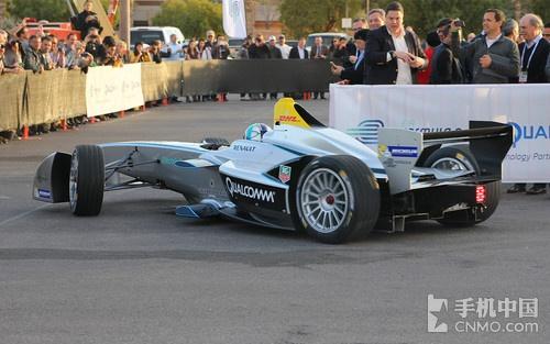 前f1车手卢卡斯·迪·格拉斯驾驶电动方程式赛车进行高速表演图片