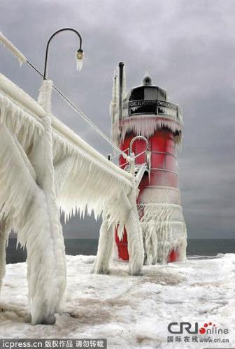 一股北极涡流本周挟冷锋横扫美国中、东部地区,超过30个州陆续发布寒流预警。据美国国家气象局1月7日预报,这股非常寒冷的北极冷空气当天继续给占美国本土三分之二的中部和东部地区带去危险的、有时甚至危及生命的低温天气和大风天气,大面积区域的寒流预警依然生效。极寒带来的暴风雪让美国密歇根州圣约瑟夫的灯塔被冰封,像极了灾难电影《后天》中的场景。   自5日以来,这次极寒天气在全美已致死至少21人。降温、降雪天气自上周末以来每天均造成中、东部主要航空枢纽大批航班取消、延误。   影响美国本土近三分之二地区