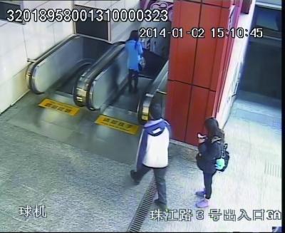 女子 被劫 地铁站 扶梯/劫匪尾随受害者(蓝衣)。...
