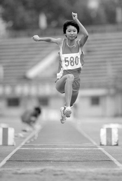 三级跳固)�_zt高三女生三级跳12米8 北大降300多分录取她