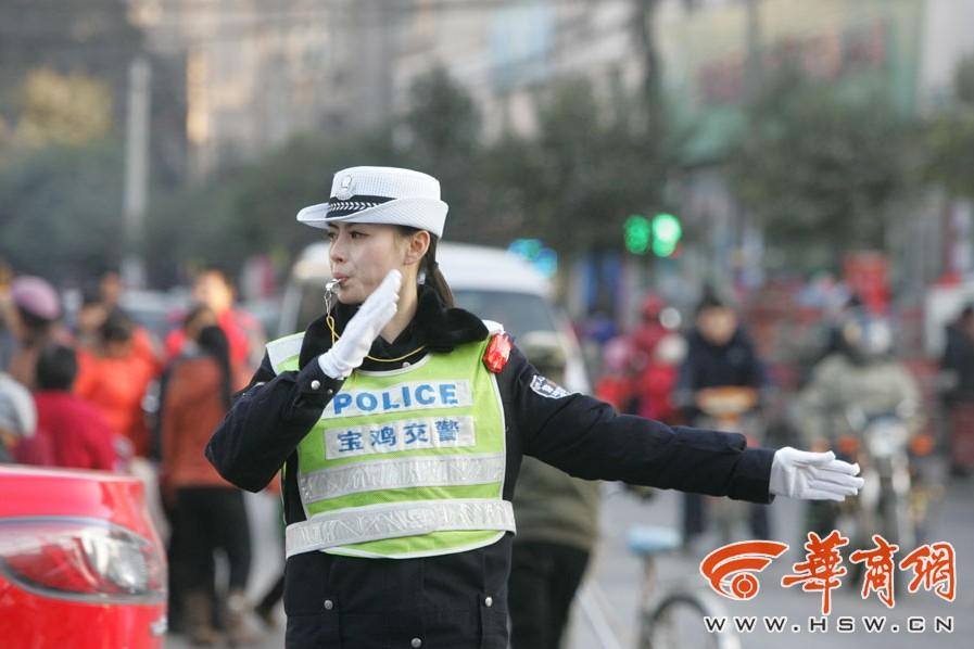陕西最美女交警走红网友调侃愿违法求相见