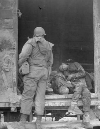 这是一组拍摄于二战时期德军纳粹集中营内部的旧照片,真实揭示了纳