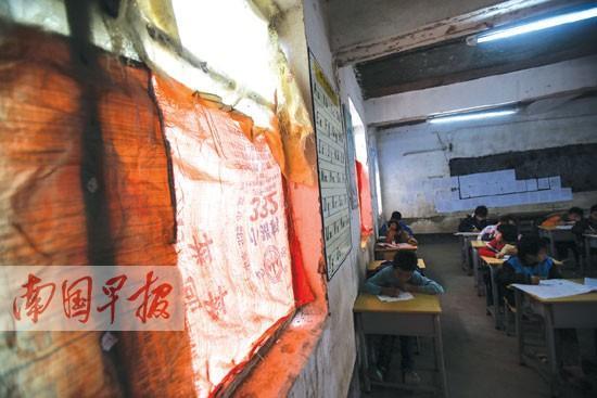 玻璃/六年级的教室里,一女生边上的窗户没有玻璃遮挡。