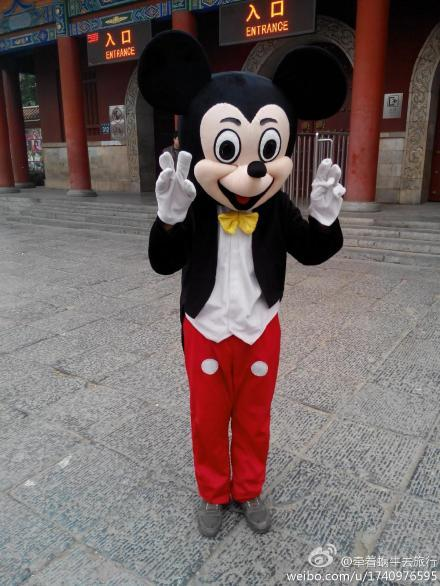 洛阳王城公园门口的 米老鼠 老人