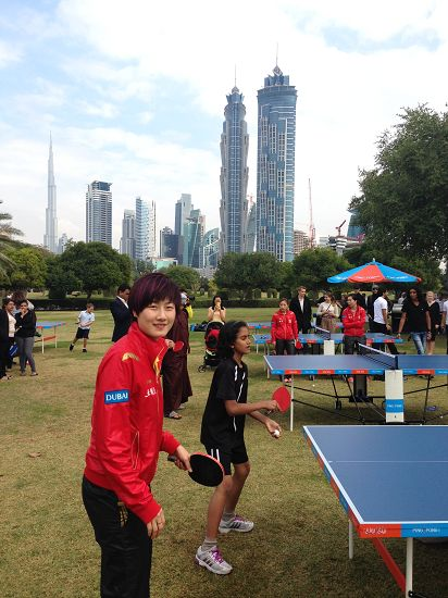 图文:总决赛国乒队员出席活动 丁宁打乒乓球