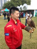 图文:总决赛国乒队员出席活动 马龙玩鹰