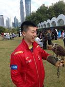 图文:总决赛国乒队员出席活动 马龙玩鹰瞬间