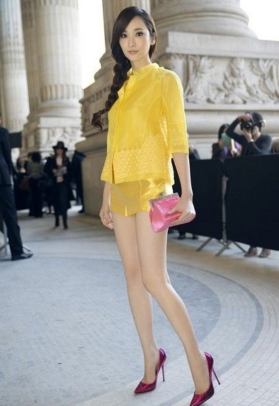 吴佩慈,出道就被誉为九头身美女,一双美腿又长又细