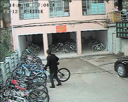 校园偷伯视频_盗贼冒充学生家长进校园偷车 1分钟偷1辆(图)