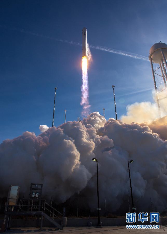 """""""天鹅座""""飞船正式为空间站运送物资这张美国航天局提供的照片显示,1月9日,美国轨道科学公司的""""安塔瑞斯""""号运载火箭搭载""""天鹅座""""飞船从瓦勒普斯岛美国航天局基地发射升空。"""