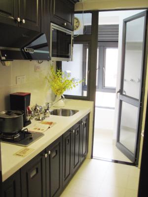 厨房连通生活阳台,能明火煮食.