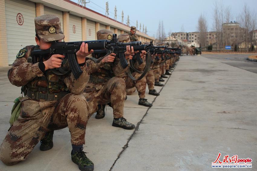 高清:盐城海防冬季大练兵 战士跪姿据整齐划