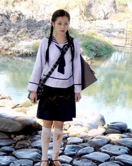 《云水谣》中的徐若瑄饰演的王碧云在事隔多年后都令陈秋水念念不忘。徐若瑄清纯的学生装扮确实扣人心弦。纯白的学生校服,那黑色的条纹点缀领部,黑色的领带随延而下,学生味浓郁。