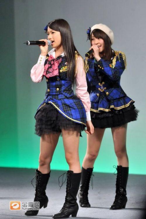 日本女子组合AKB48互动中国,穿学生装跳热舞上演制服诱惑。