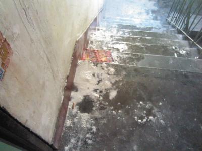 楼顶太阳能热水器漏水棚顶哗哗淌水墙皮脱落(图)图片