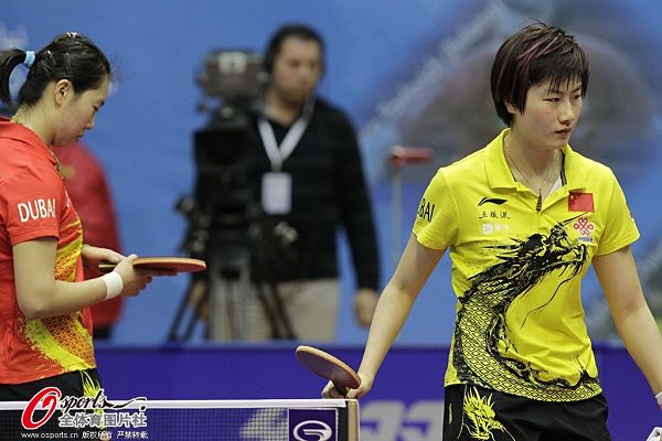 图文:乒联总决赛女单半决赛 丁宁打出自信