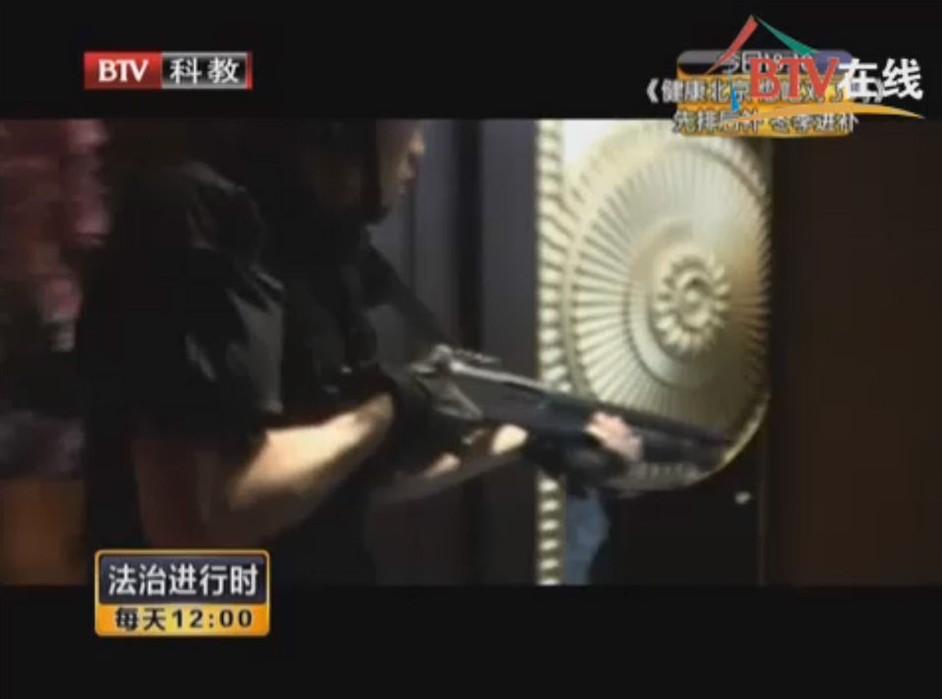 王晓雷_警察进入王晓雷所在总统套房.