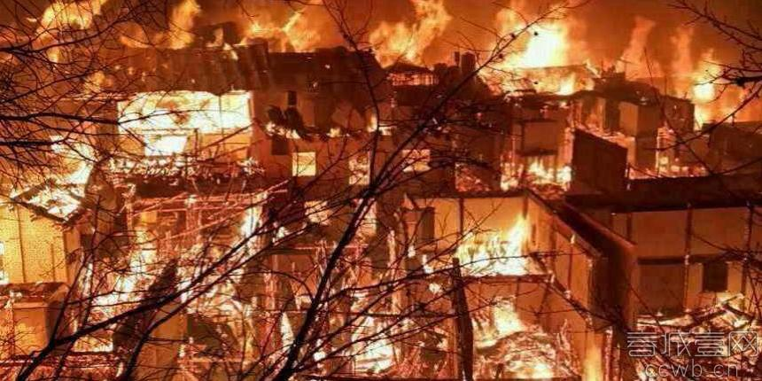 """香格里拉""""1·11""""大火已被扑灭。图为火灾发生时现场"""