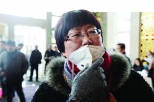 政协委员沈洁戴着口罩来报到 现代快报记者 赵杰 摄