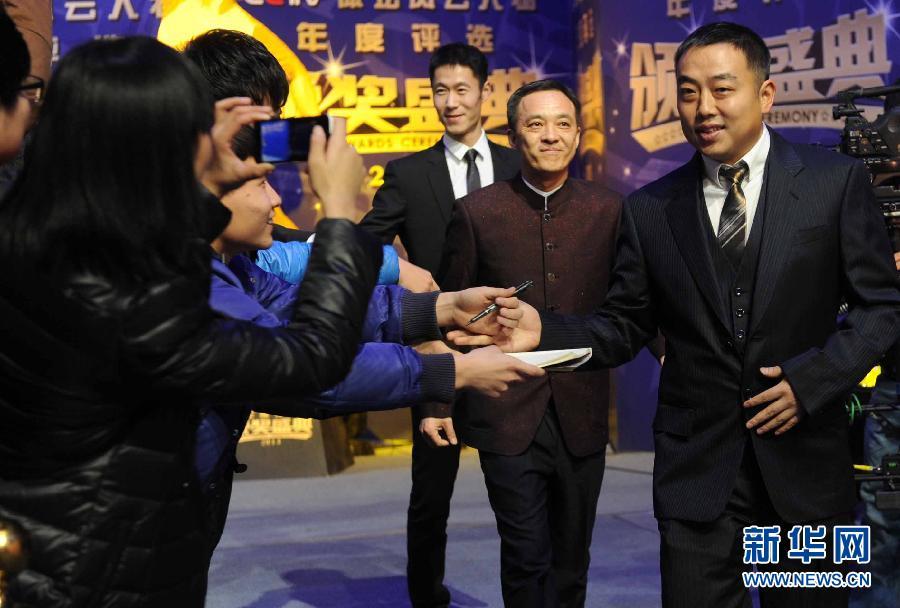 """刘国梁(右)在颁奖典礼红毯仪式上. 当日,""""2013CCTV体坛风云"""