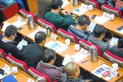 """今年南京政协会议实现""""无纸化"""",委员人手一台PAD。"""