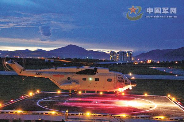 原文配图:南航某飞行团开展多机型多科目大强度跨昼夜飞行训练。 何继元 摄