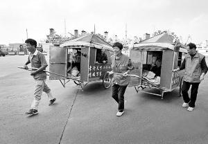 谢淑华(右)与马成银拉着父母游中国