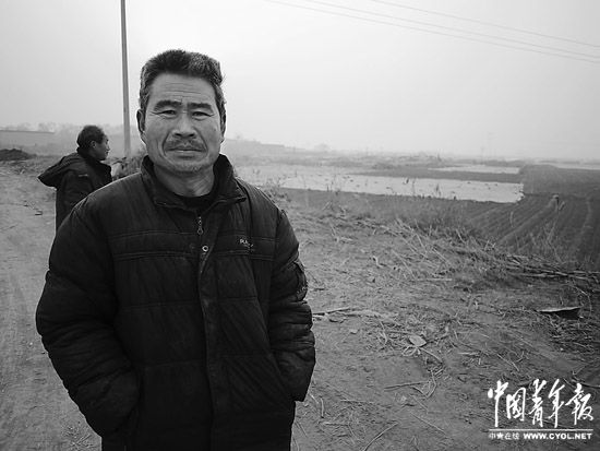 在吕堤村外观望征地的农民。