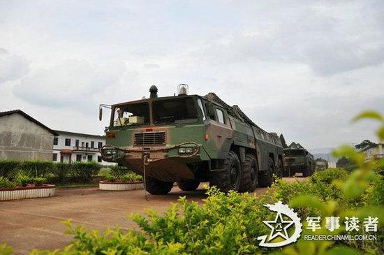 原文配图:解放军二炮导弹发射车野外机动。