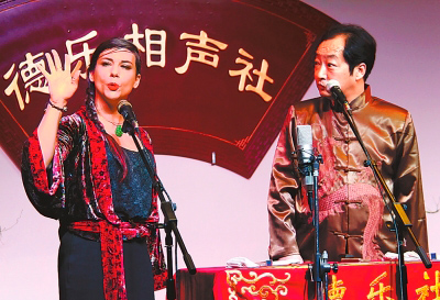 法国美女李霁霞(左)迷上了中国文化。
