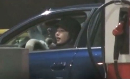"""那位""""接驾""""孔令辉的年轻女孩身材高挑,容貌秀丽,她戴着一顶黑色火车司机帽,身穿一件翻毛棉服。"""
