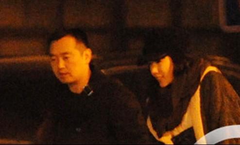 孔令辉和那位神秘女孩的汽车又一起来到了嘉里中心大酒店,汽车停好后两人并肩向酒店走去。
