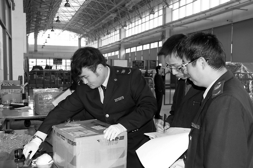 萧山检验检疫局工作人员在邮检口岸监管(图)