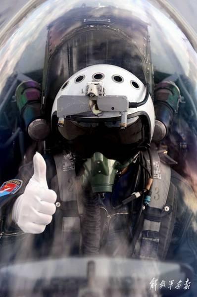 原文配图:飞行员竖起大拇指。