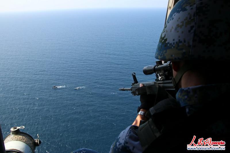 特战队员警示驱离可疑目标 李秀林 摄影