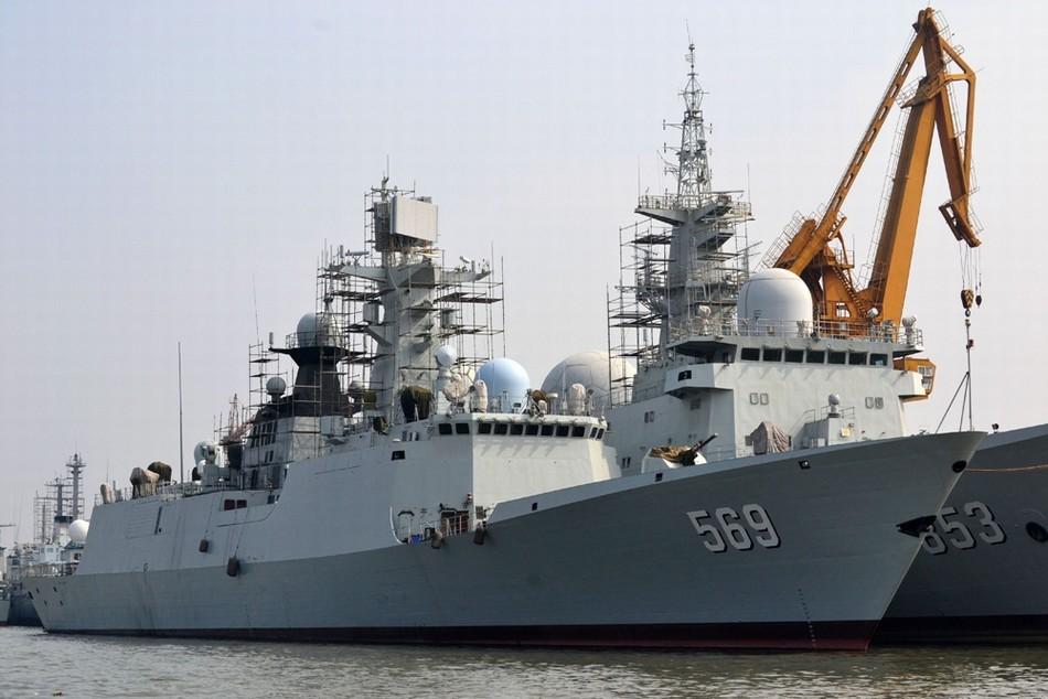 到中国海054a型569号玉林舰和853号天王星电子侦察船并列停靠的画面