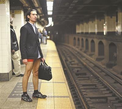 """地铁 德国柏林/在德国柏林,人们参加""""不穿裤子搭地铁""""活动。"""